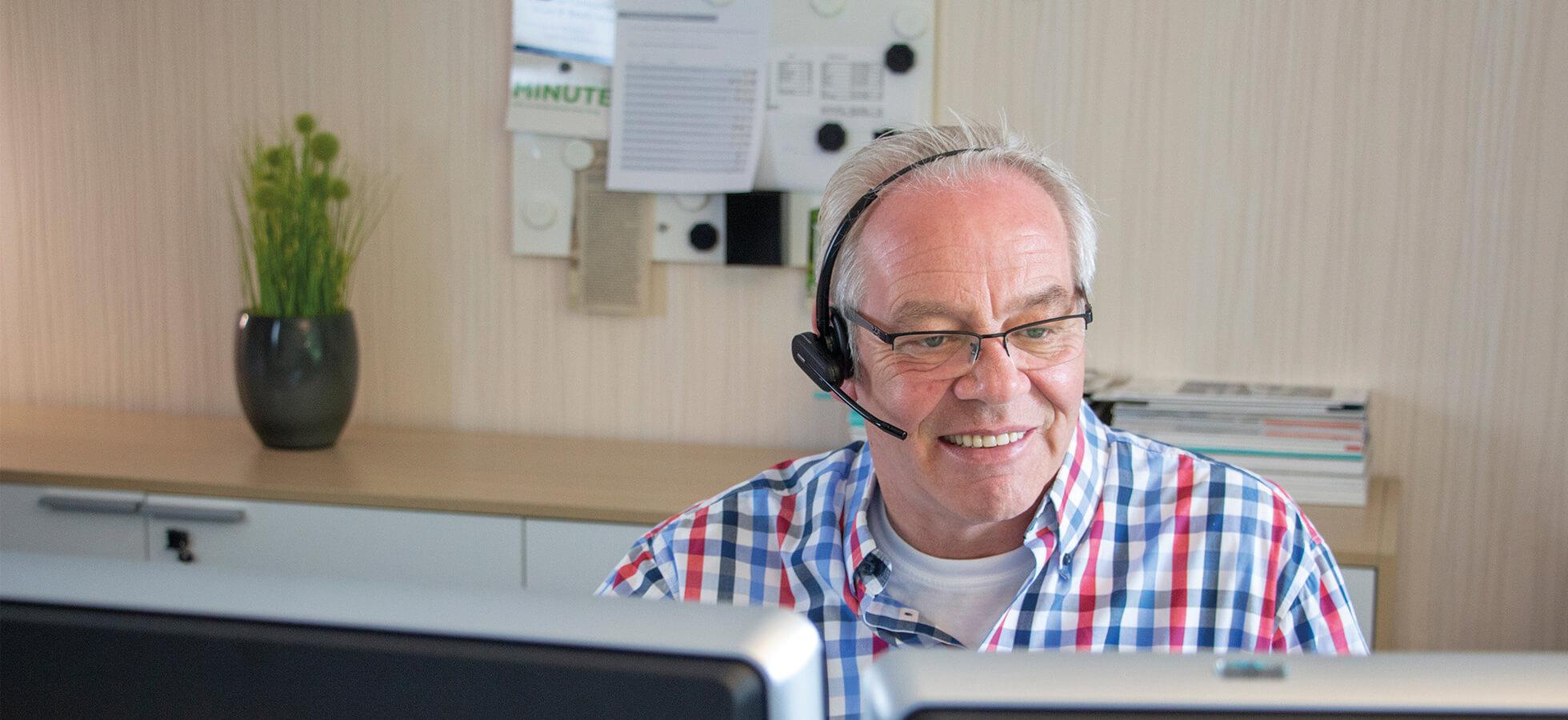 Das Bild zeigt Manfred Fischer vom KKP Soft-Ing.team beim Support zu der KKP Wintergarten und Terrassendach Software