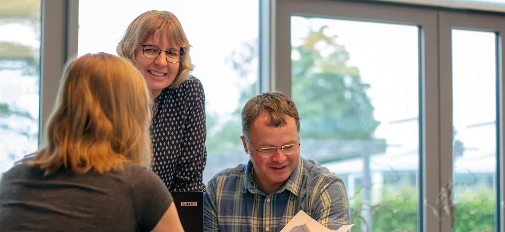 Das Bild zeigt Dipl. Ing. Rolf Warnke und Ellen Warnke im Gespräch mit Kunden | Geschäftsführer von KKP Soft-Ing.team Wintergarten und Terrassendach Software