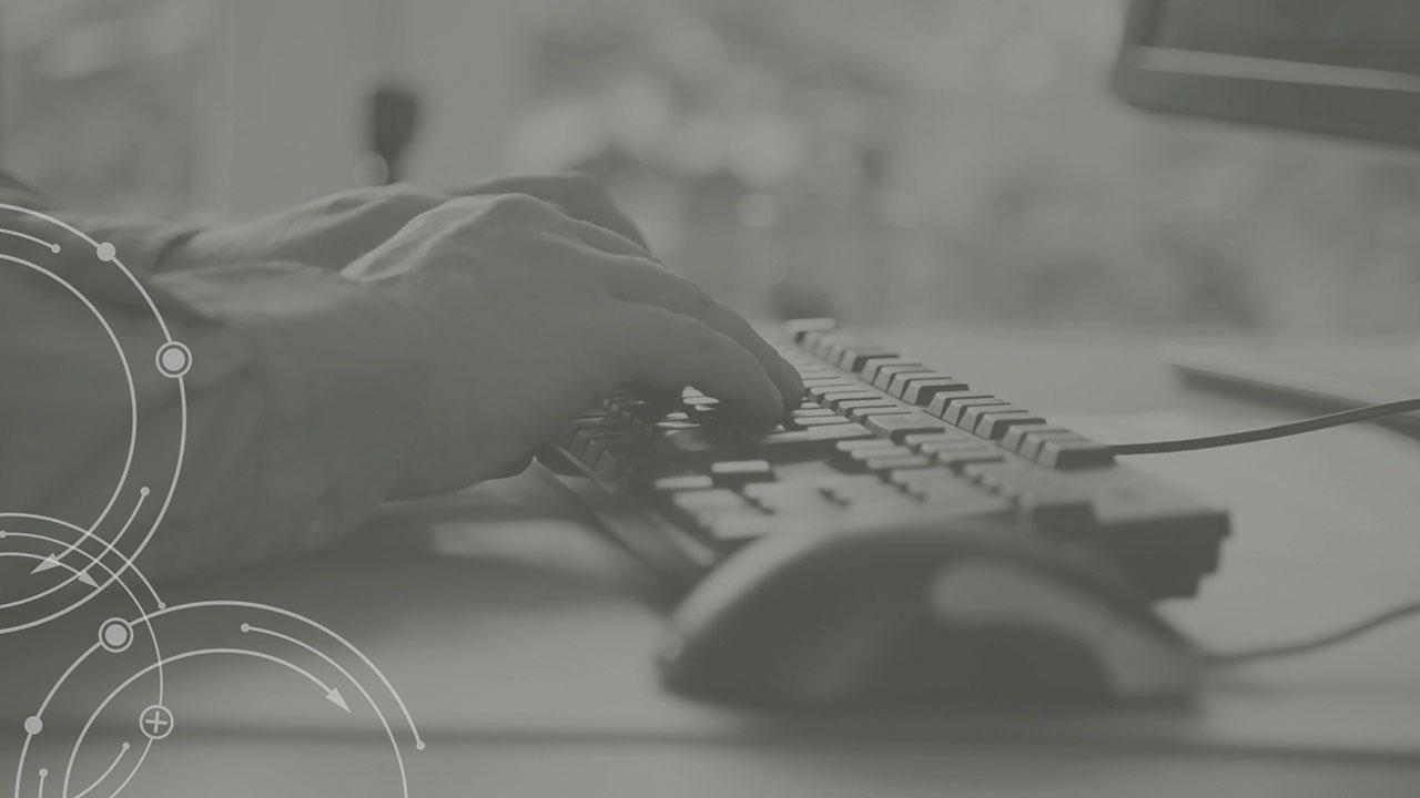 Das Bild zeigt Hände, die an einer Tastatur tippen und so die Wintergarten und Terrassendach Software von KKP Soft. Ing Team bedienen